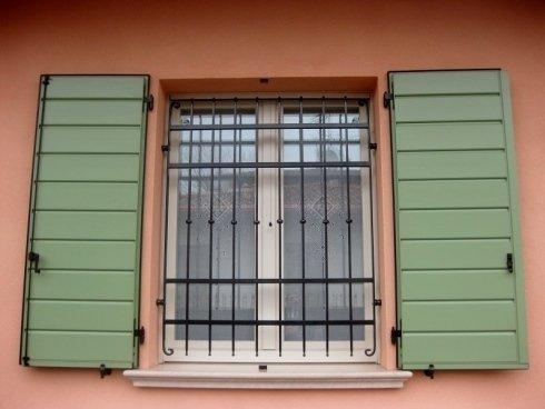 Persiane in alluminio a scandole orizzontali interno e verticali esterno + serramento in alluminio + inferriata Allfer Castenedolo Brescia